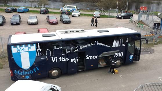 Bussen parkerad, men inte för IS Halmia. Hemmalaget startade matchen ursinnigt och kunde lika gärna ha gått vinnande ur striden.