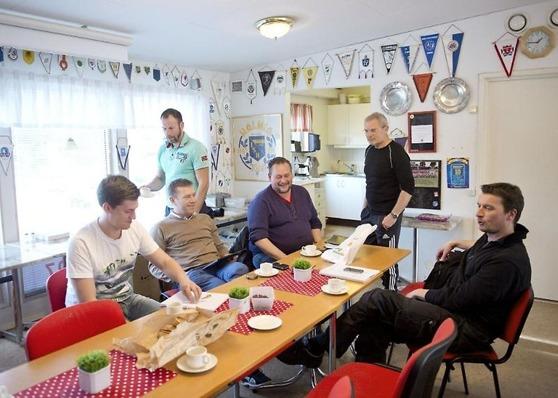 Björn Andersson (ståendes till höger) håller i fotbollskommitténs möten, här får våra ungdomslare ett ovärdeligt bollplank med internationella meriter både som spelare och ledare. Foto: Jari Välitalo.