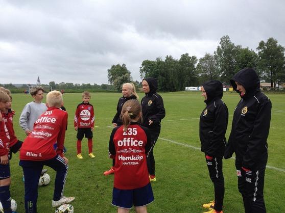 Alva Hed, Matilde Abrahamsson, Ebba Hed och Matilda Olsson instruerar läraktiga HGH-spelare.