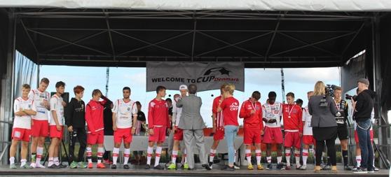 """IS Halmia """"U19"""" fick ta emot medaljer och pokal på stora scenen efter vinsten i Pojkar 96-98."""