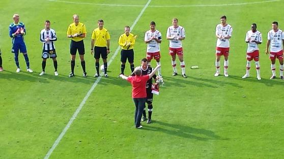Kramar och applåder när Jonas Käck avtackades innan match.