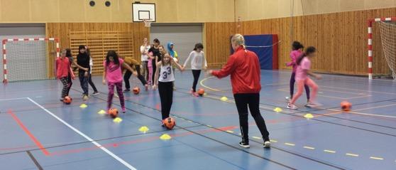 Damlagets Emma Harrysson drillar den äldre gruppen under torsdagens fotbollspass. Foto: Christoffer Andréasson