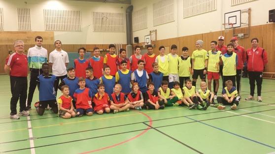 Gårdagens träning besöktes av ca 30 fotbollsglada barn och ungdomar. Foto: Christoffer Andréasson