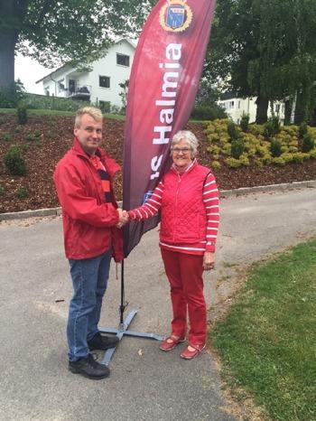 Ungdomssektionens ordförande Kjell Andersson tackar Halmiaringens ordförande Gerd Olsson för bidraget till årets äventyr i Gothia Cup.