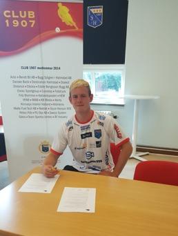 Halmias burväktare Malte Påhlsson signerar sitt nya kontrakt. Foto: Christoffer Andréasson