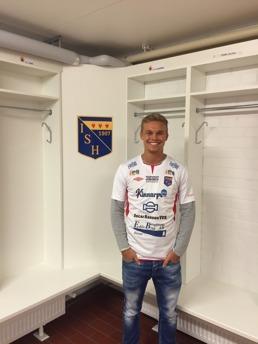 36e1f4410f9 Mittbacken Adrian Hallsö fyller den sista vakanta platsen i herrarnas trupp  för 2017. Foto: