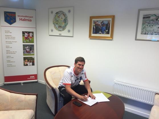 En nöjd Emil Tillander signerar kontraktet som löper över hela 2018. Foto: Leif Jönsson