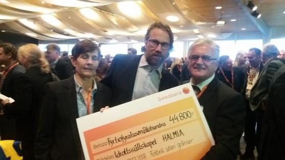 Eva Personn och Sead Ladjarevic fick ta emot pris från ingen mindre än Peter Forsberg. Foto: Privat