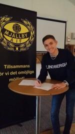 Noel när han signade för Allsvenska Mjällby AIF.