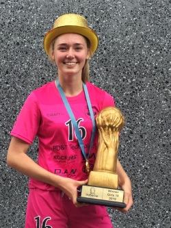Sofia med guldpokalen från Gothia Cup. Då utlånad till Göteborgs DFF.