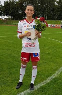 Fanny Kristiansson Ronnstam avtackades inför matchen. Foto: IS Halmia