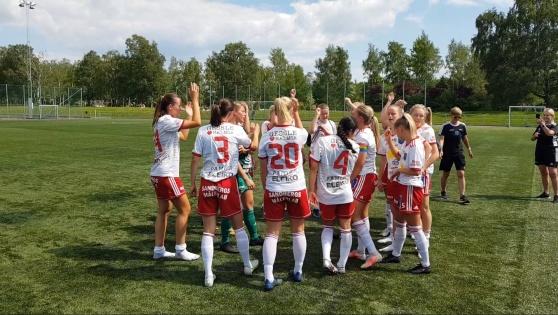 Segersång efter 5-1 i premiären på Skedalahed. Foto: Christoffer Andreasson