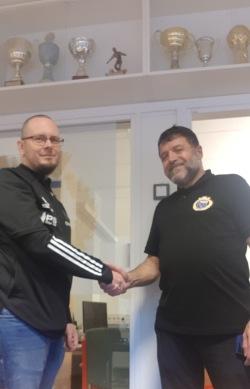 Kansliansvarig Christoffer Andreásson hälsar Ali Al Shami välkommen till föreningen. Foto: IS Halmia