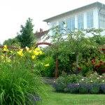 privatträdgård med många olika trädgårdsrum, Bohuslän