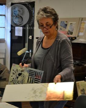 Annie Sloan demonstrerar schablonmålning.