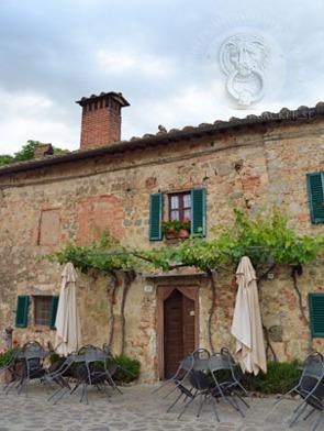 Montereggione, mitt i Chiantidistriktet, Florencefärgade fönsterluckor, förstås...