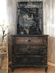 Anna L har en egen unik stil. Möbler, rost och coola tavlor.