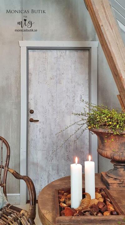 Måla dörrar med Chalk Paint™ ger rummet ett hlt annat uttryck. Här har en helt vanlig vit och slät dörr blivit lantligt rustik med Chalk Paint™ och IOD Dekorstämpel Barnwood Planks.