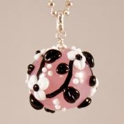 Halsband Kula i rosa med svart-vita blomrankor