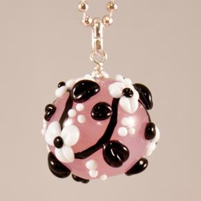 Halsband Kula i rosa med svart-vita blomrankor - Halsband Rosa kula + sv/v blomrankor
