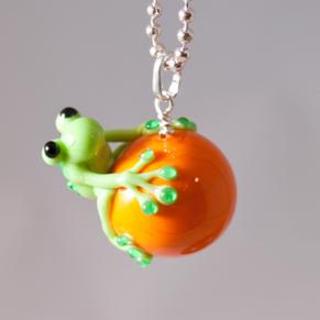 Halsband Groda på orange kula - Halsband Groda orange kula
