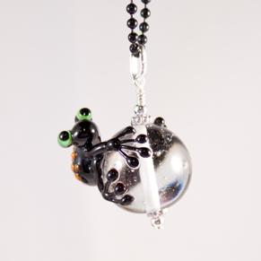 Halsband Groda Svart på transparent kula - Halsb Svart groda på transp