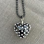 Hjärta svart med vita prickar