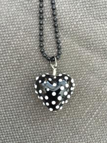 Hjärta svart med vita prickar - Hjärta Svart m vita prickar