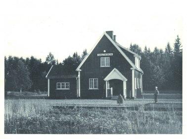 Unge Roland Severin agerar stins framför Galtåsens stationshus, fotografiet är taget 1959 eller 1960