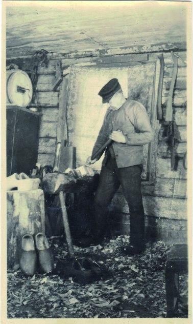 Träskomakare Snäll i Storegården