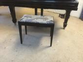 Svart pianopall i gott skick med notlåda  450kr