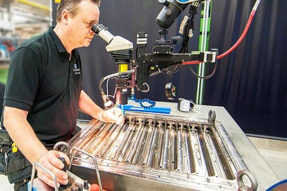 Vår laserspecialist, Rikard Hansson, under arbete.