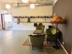 Vestibulen. Lite vardagsrumskänsla med sköna och vackra antika möbler och praktiskt med massa hängare.