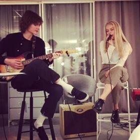 Gustav Juhlin och KLara Lindegren  spelar och sjunger sö kl 11