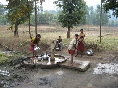 Många sådana här pumpar har satts upp genom TUFF och systerskolor i Sverige som arrangerat dagsverken till förmån för Dharampur.