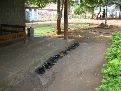 Elevernas skor står prydligt parkerade utanför klassrummen.