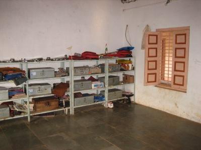 Elevernas tillhörigheter förvaras under dagen på särskilda hyllor.
