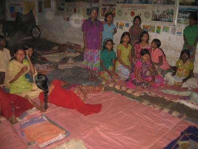 När kvällen kommer rullas madrasserna ut på golvet i klassrummet.