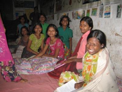 Så länge ljuset tillåter gör man läxor på kvällen.  Electricitet saknas ofta.