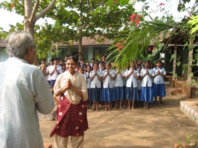 Den här lärarens elever orade sig för hur fröken någonsin skulle hitta en person att gifta sig med.  Det krävs lärare med stort engagemang för att ta jobb i dessa trakter.