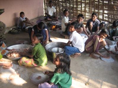 Barnen är ofta med och hjälper till med matlagningen. Här bakas det bröd.