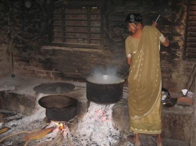 Husmor kämpar vid elden. Många munnar att mätta!