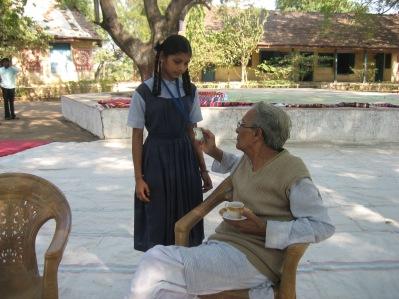 Bhikhu Vyas besöker regelbundet skolorna. Man har en mycket genomtänkt vision kring undervisningen.  Man vill inte enbart lära ut faktakunskaper, utan utveckla barnen till ansvarsfulla vuxna som deltar aktivt i samhället.
