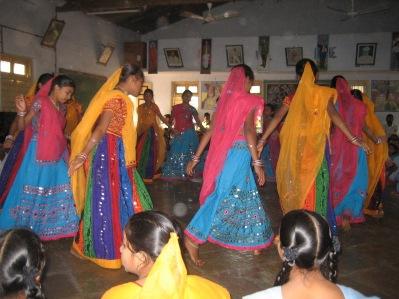 Dans, musik och sång ges stort utrymme. Man vill att eleverna ska känna sig stolta över sin lokala kultur.