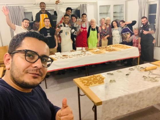 Det traditionsenliga pepparkaksbaket julen 2018 med några av deltagarna i TUFF:s integrationsprojekt.