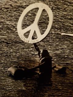 Åke simmar för freden!