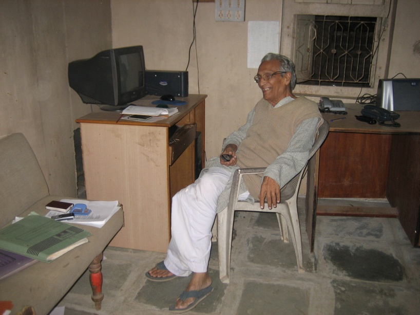Bhikhu Vyas vid sitt skrivbord