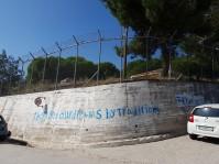 Muren kring flyktinglägret.