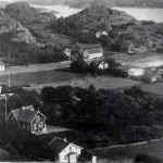 Troligen 20-talet, huset i fokus är Bergslyckan, vid Arekullevägen. I fonden bland annat en av de två handelsbodarna på Nösund i gamla dagar.