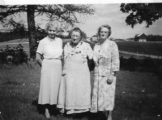 Beda Håkansson i mitten. Har besök av två systrar